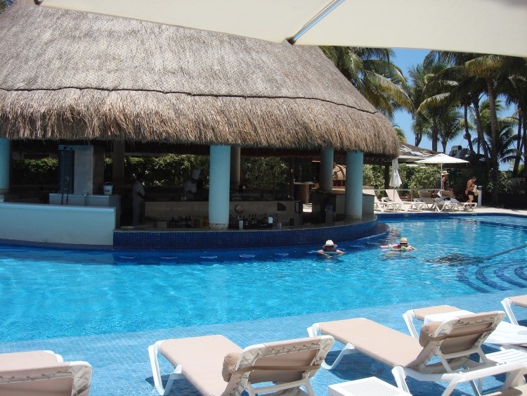 Swim-up bar at Isla  Mujeres Palace
